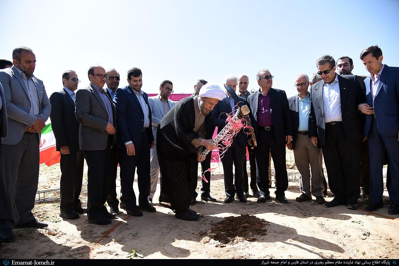 آیین کلنگ زنی نیروگاه خورشیدی در دانشکده کشاورزی شیراز با حضور آیت الله دژکام