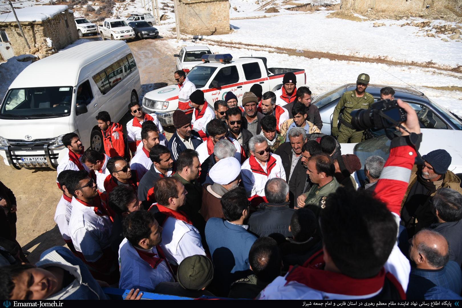 بازدید امام جمعه شیراز از مناطق زلزلهزده خانهزنیان
