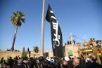 پرچم امام حسین(ع) بر فراز بین الحرمین شیراز بر افراشته شد