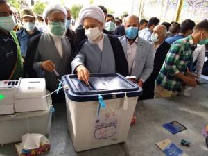 آیت الله دژکام در نخستین دقایق آغاز رای گیری انتخابات ریاست جمهوری و شوراهای شهر آراء خود را به صندوق انداختند